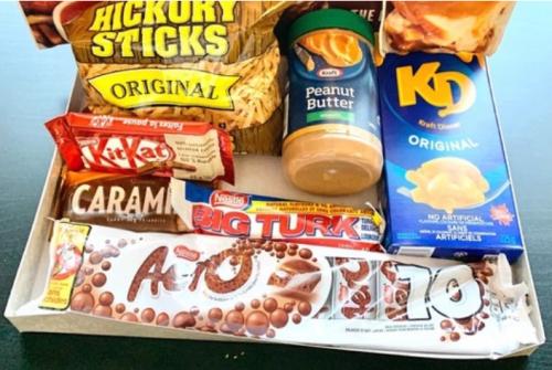 Canadian Snacks : Food Box